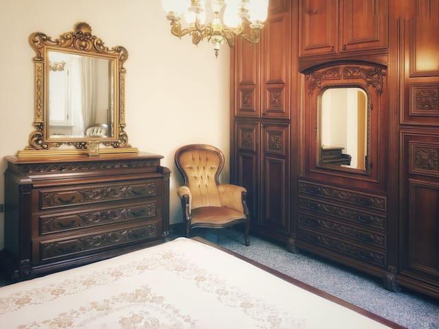 Ampia e luminosa camera da letto matrimoniale. L'armadio e tutti i ripostigli sono a disposizione degli ospiti e sono dotati lenzuola sempre pulite, calde coperte e possibilità di riporre in sicurezza i propri oggetti