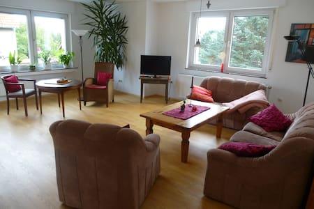 Großzügige Wohnung mit Balkon auf dem Land (80m²) - Lägenhet