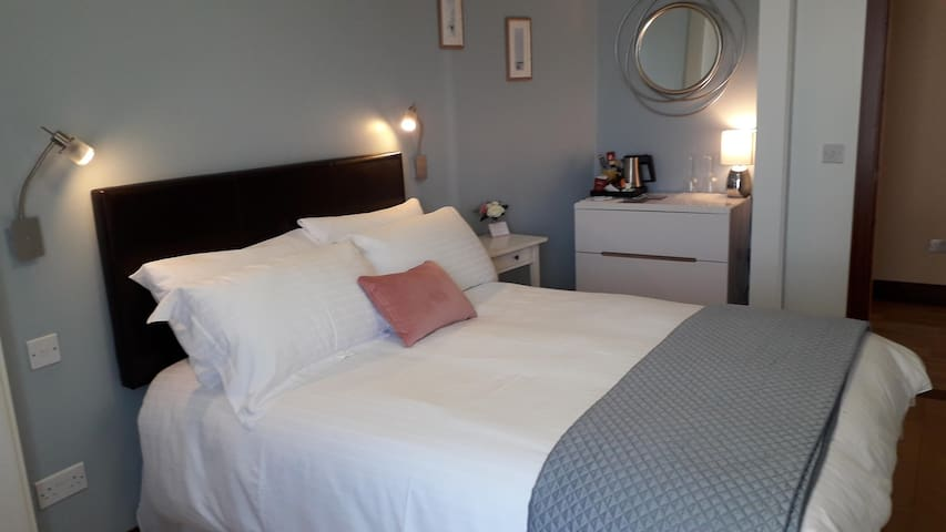 Exceptional Double ensuite bedroom by the  Marina