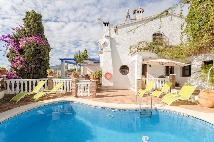 """Holiday Home """"Villa Capistrano"""" with Pool, Garden & WiFi; Parking Available in the Street"""