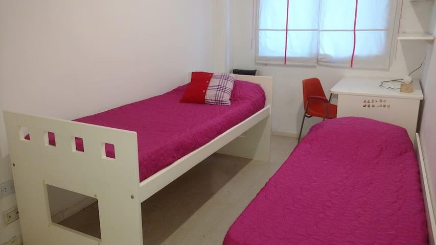 Primer dormitorio con ventana al patio. Cuenta con 2 camas. Escritorio, estantes y perchero. Estufa de tiro balanceado y ventilador. Opcional cama adicional.