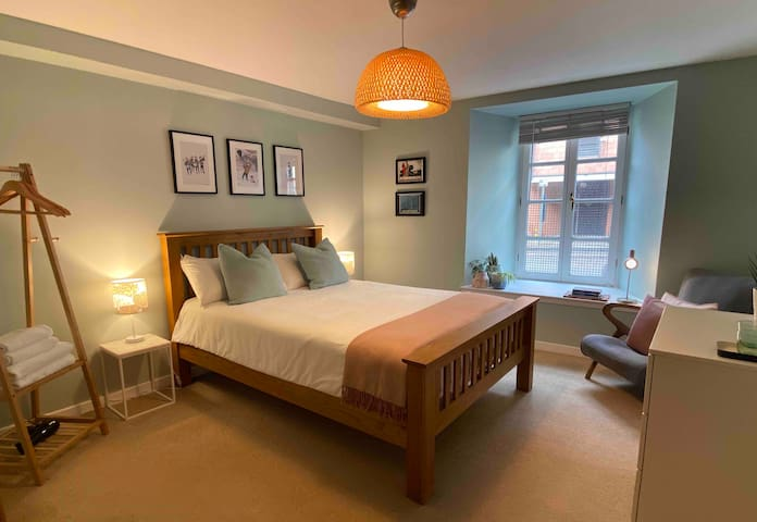 Comfortable private room in trendy Leith area