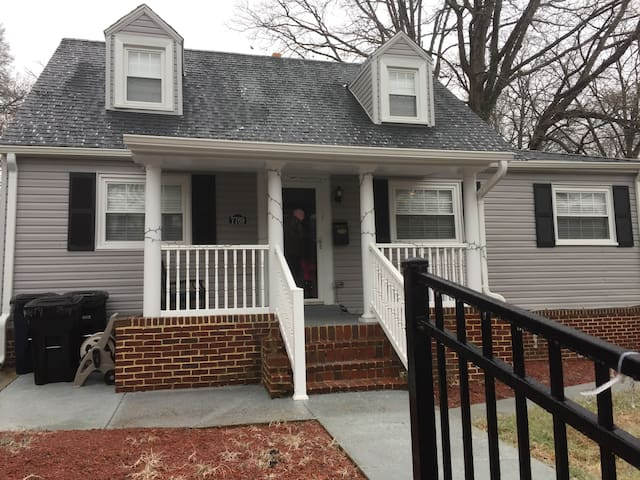 Beautifully renovated Cape Cod with 4 bedrooms / 3 baths / Sofa Sleeper