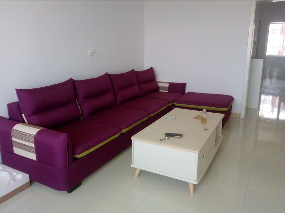 客厅大沙发可提供2个人睡觉