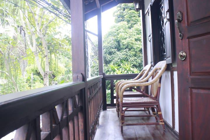 KhounPhet guesthouse - Triple room with balcony