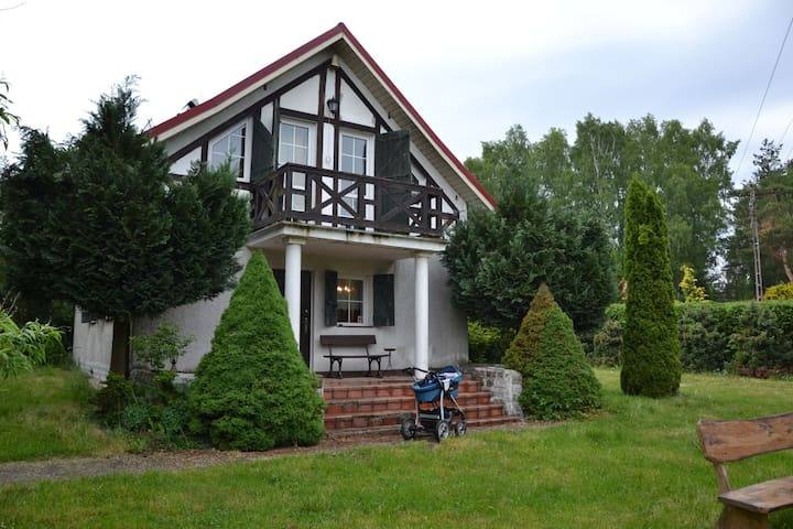 Lovely home by the lake, beautiful garden with BBQ, open fire and kayaks!