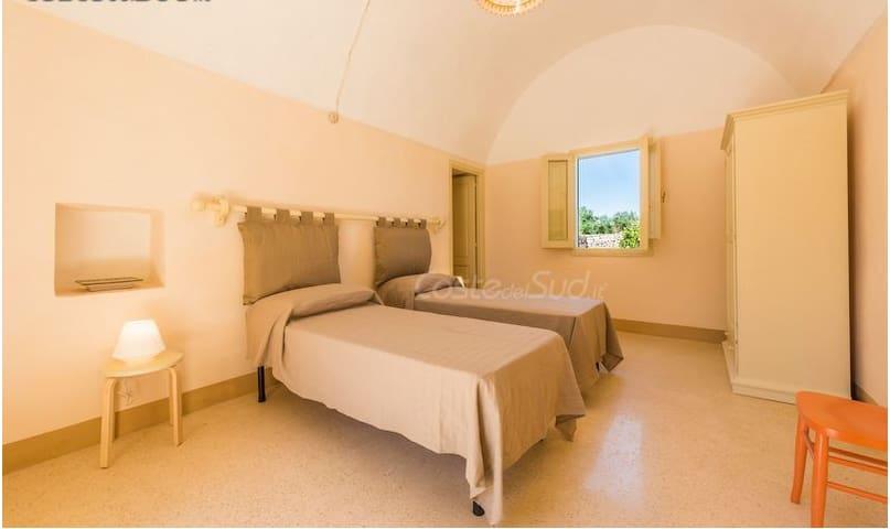 """La camera """"arancio"""" nella dependance a letti singoli (o matrimoniale) - The orange bedroom (double bed or two twin beds)"""