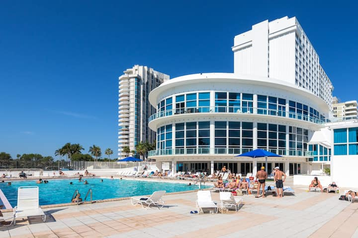 Modern Bayfront Apartment At Castle Beach Club