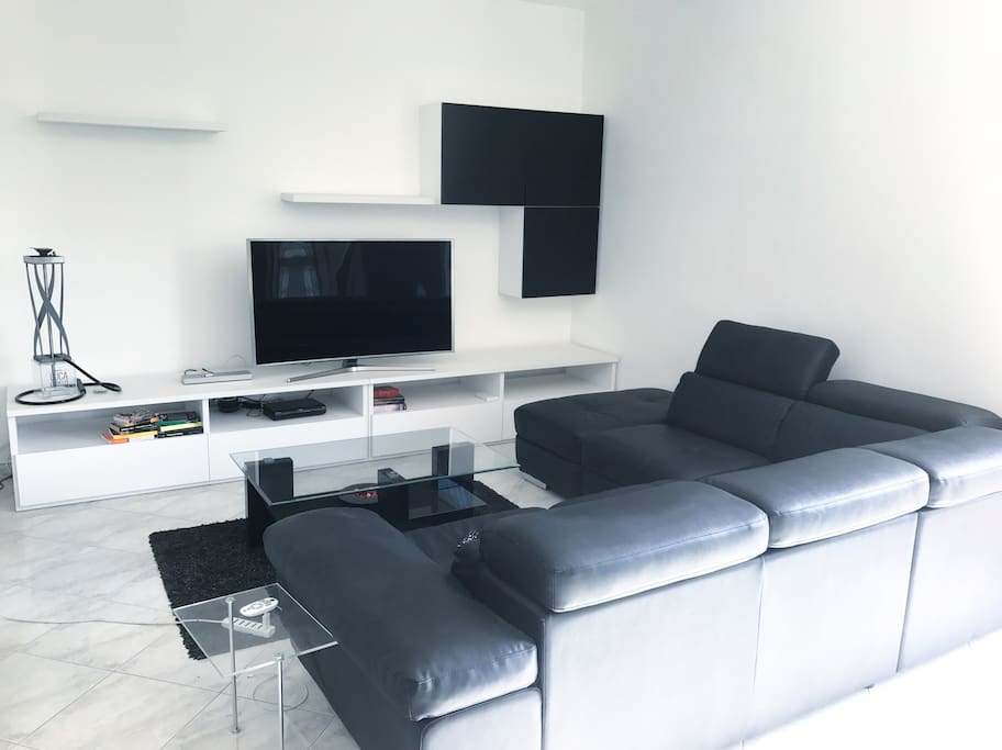 Living room with cable TV, couch/sofa