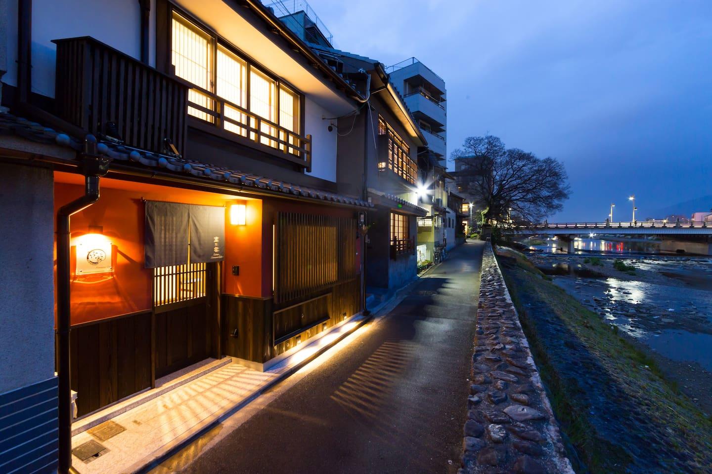 鴨川沿いにあるライトアップされた京町家風ゲストハウス