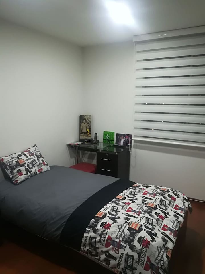 Cuarto con tv, closet cama sencilla, Internet y televisión por cable
