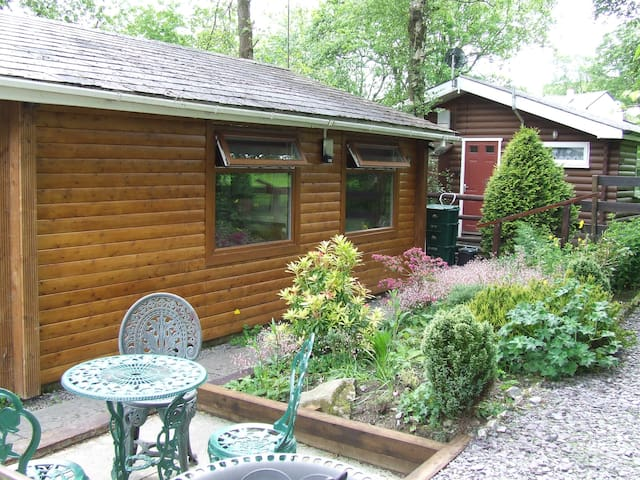 COSY LOG CABIN WITH COUNTRYSIDE VIEWS, NORTH WALES
