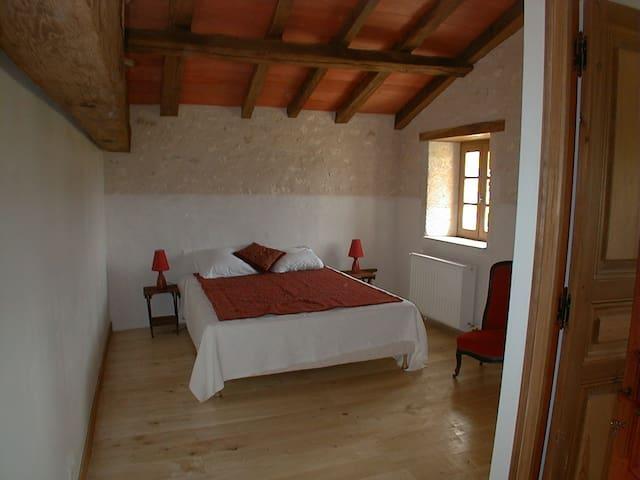 Belle chambre au calme - Bazac - Casa