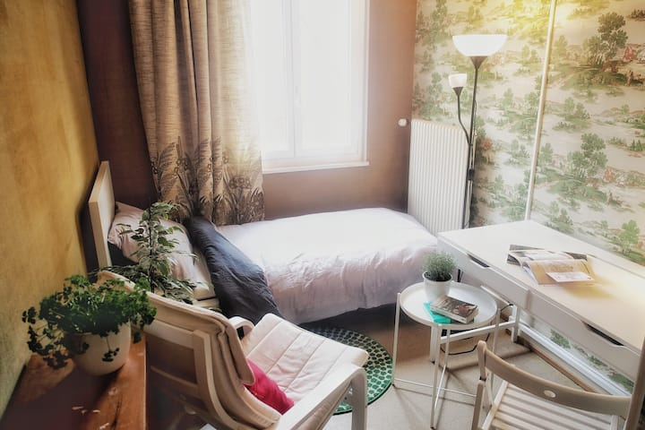 Quiet room in cosy house with garden 3min to Metro