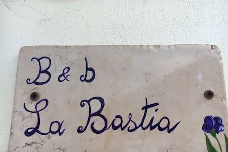 Bed&Breakfast La Bastia - camera tripla - Scilla