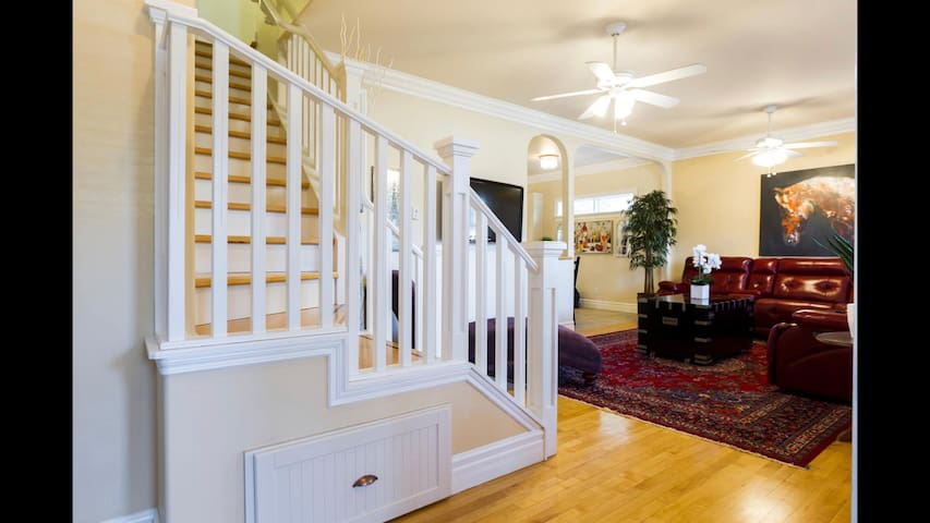 2 BED | WHYTE AVENUE | OLD STRATHCONA | UNIVERSITY
