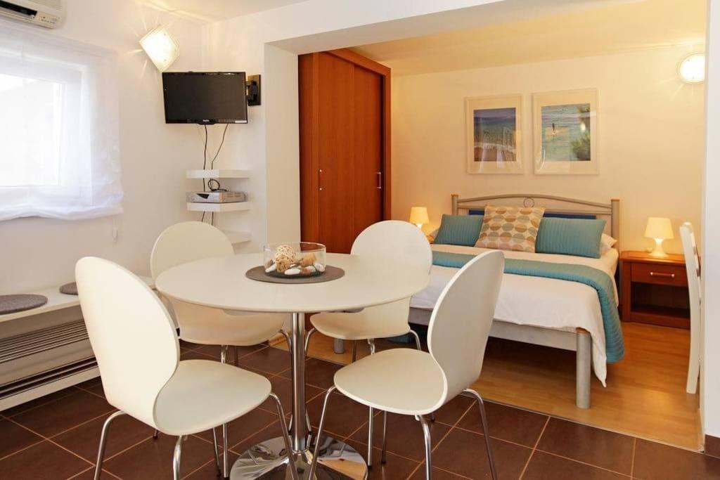 open plan dining&sleeping area