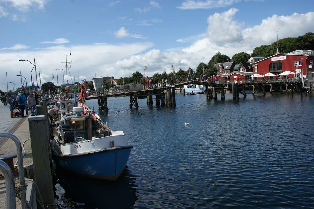 Eckernförder Hafen mit Fischern und Brücke