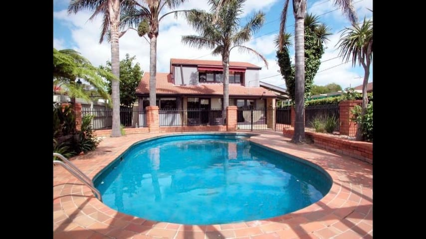 Airport Accom with Wifi, Pool and Transfers!