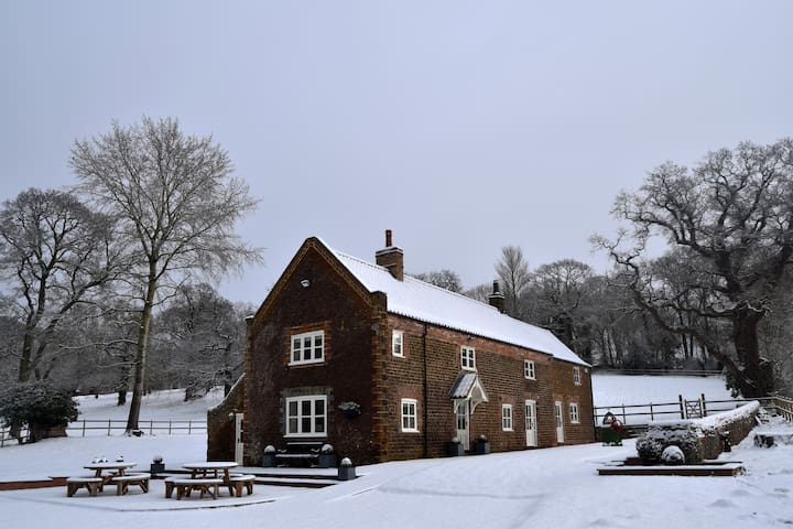 Norfolk Holiday Cottage Situated in 2 acres for 8