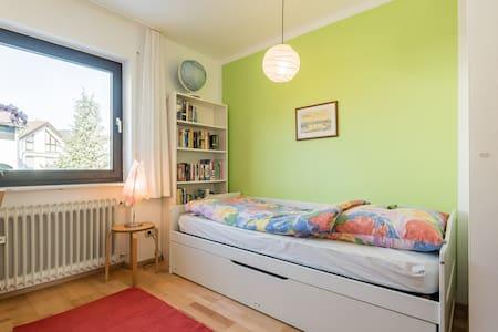 Nice room - not far from Munich and its New Fair - Kirchheim bei München - 連棟房屋