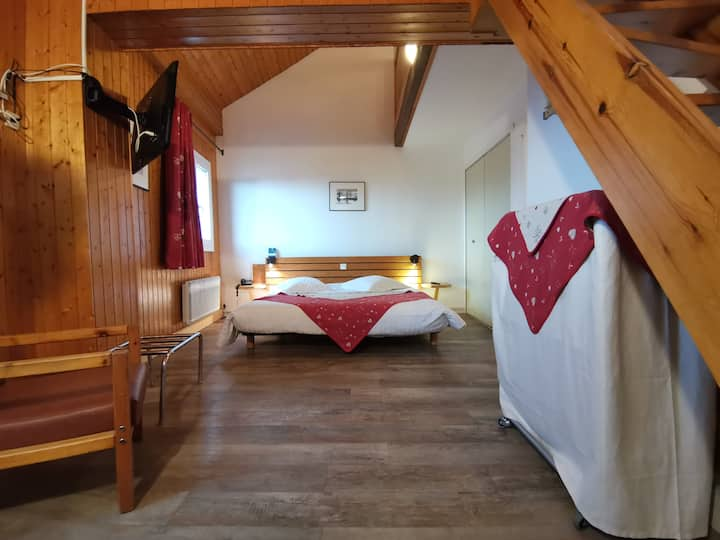 Chambre Quadruple décorée au style de montagne