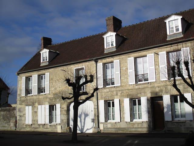 Suite pour 3p dans une maison chargée d'histoire - Estrées-Saint-Denis - Bed & Breakfast
