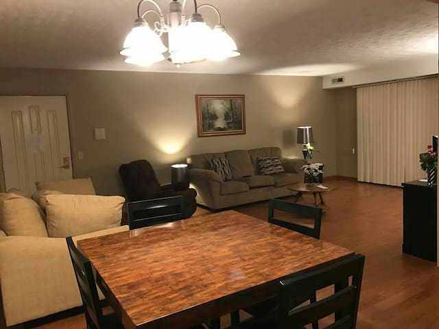 Cozy Condo in Olmsted Falls - Brecksville - Appartement