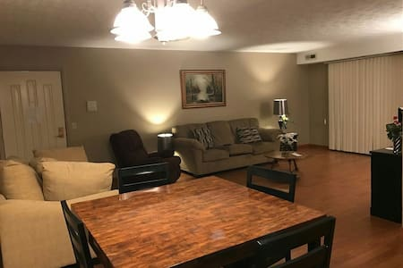Cozy Condo in Olmsted Falls - Brecksville - อพาร์ทเมนท์