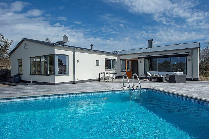 Summer luxury by the sea with private pool and gym