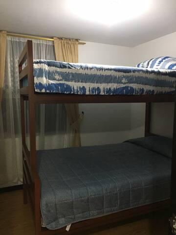Alcoba auxiliar 1, camarote con colchón semidoble en la cama baja y sencillo en la cama superior, amplio closet, excelente iluminación natural.