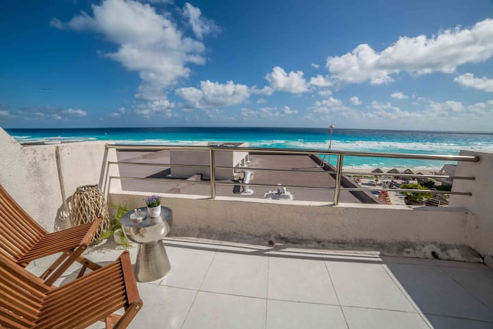 Couples Gateaway at the Caribean Beach of Cancun