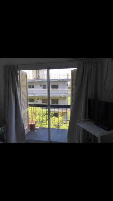 Dormitorio con balcon y vista al campo de polo