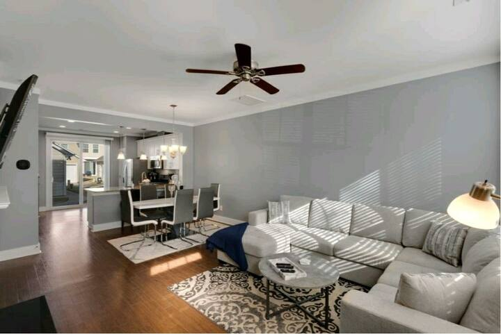 Beautiful townhouse close to Uptown!