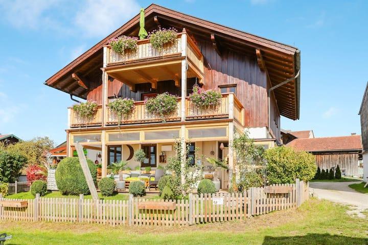 Charmante Ferienwohnung Parzinger 2 in der Nähe des Chiemsees mit Bergblick, WLAN und Terrasse; Parkplatz vorhanden, Haustiere erlaubt