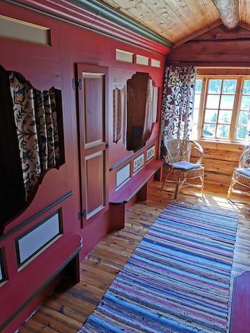 I overetasjen er det 4 himmelsenger. There are 4 beds on the second floor.