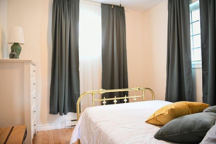 Chambre à coucher 2 avec lit double. Bedroom 2 with double bed.