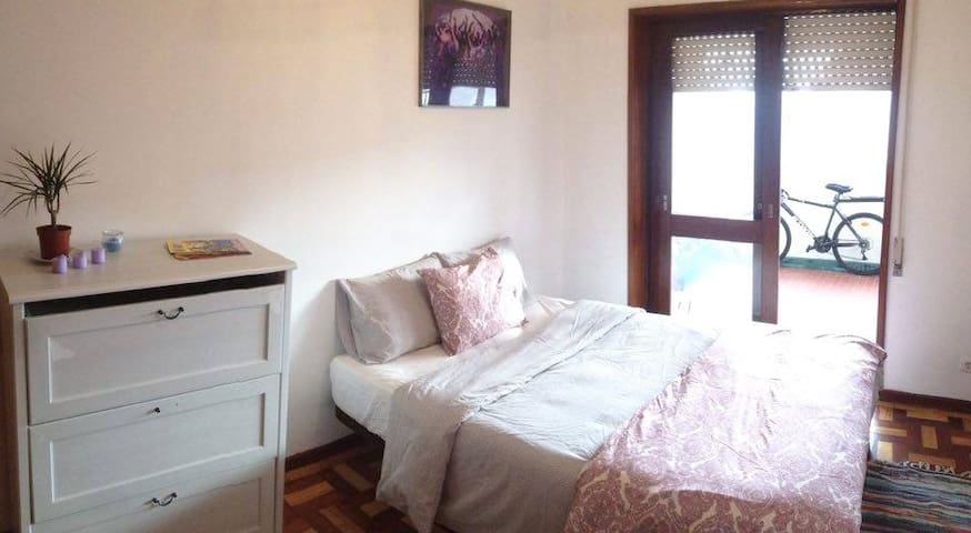 Sunny Bedroom with Balcony in Central Location - Porto - Apartment