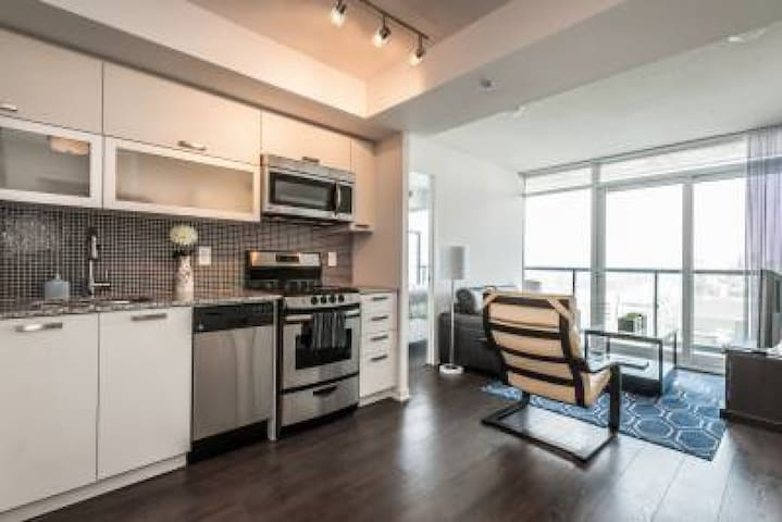 SOHO 2 Bed/2 Bath CN Tower View 3