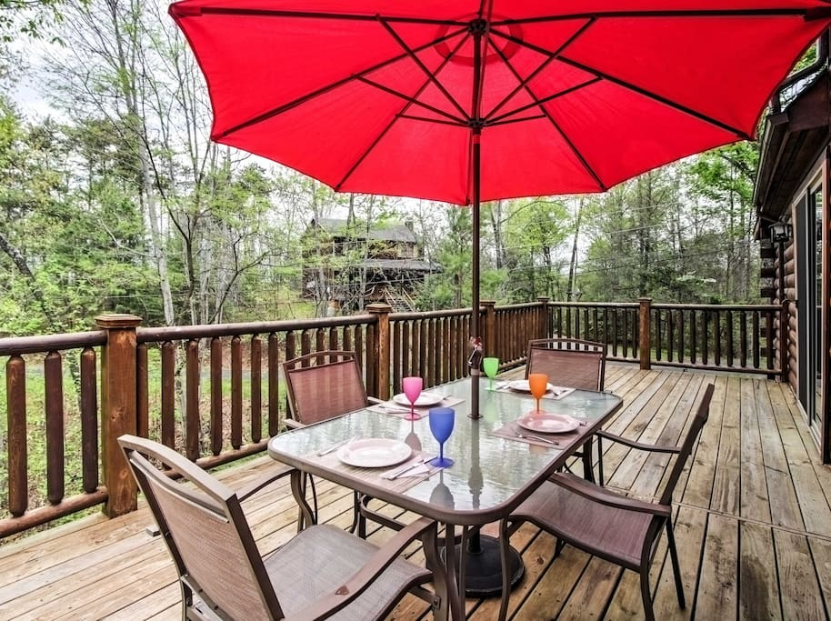 Your ideal Pigeon Forge area mountain retreat awaits you at 'Nature's Glory', a 2-bedroom, 2-bathroom Sevierville vacation rental cabin.