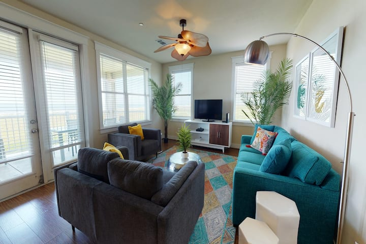 Gulf-front condo w/ two patios and a resort pool/hot tub, walk to the beach!