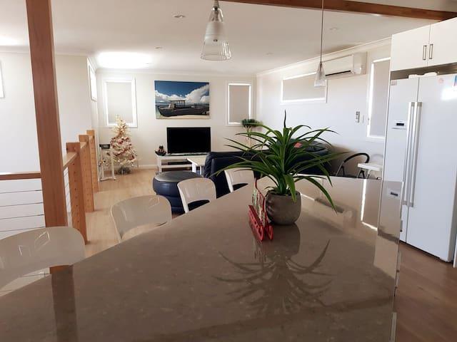 """Cozzys Condo"" Luxury Beach House"