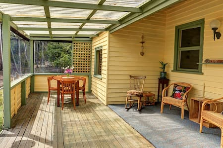 Broadwater Cottage, Waterfront old world charm. - South Bruny - Haus