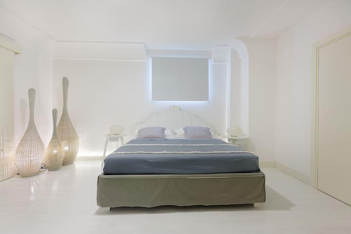Camera da letto con letto matrimoniale king size