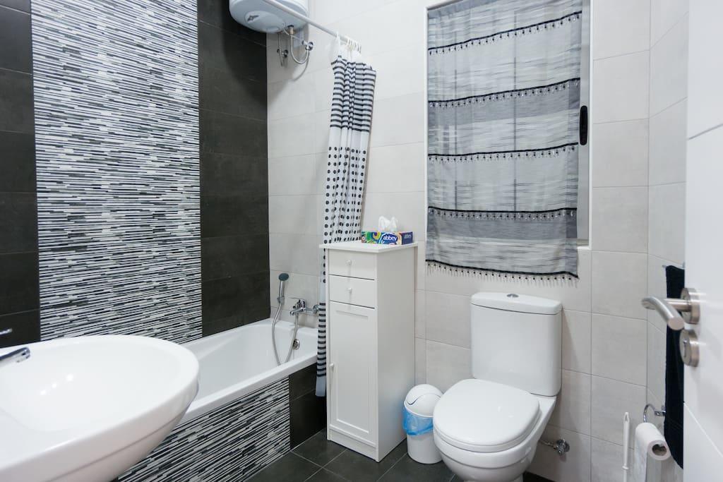 The main bathroom with bath