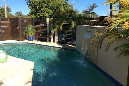 Beautiful, modern room close to beach & amenities. - Coolum Beach - Stadswoning