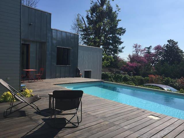 Duplex avec terrasse en teck sur piscine privée