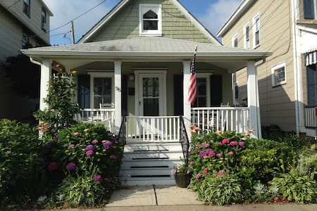 Spacious Victorian Beach Cottage - Neptune Township