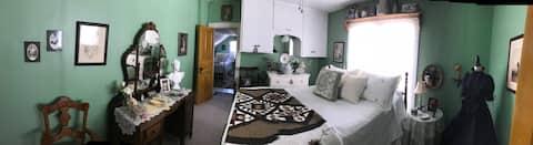 Nostalgic Cottage room! Step back in time to 1904!