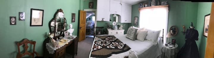 Nostalgic Cottage room! Step back in time to 1904!